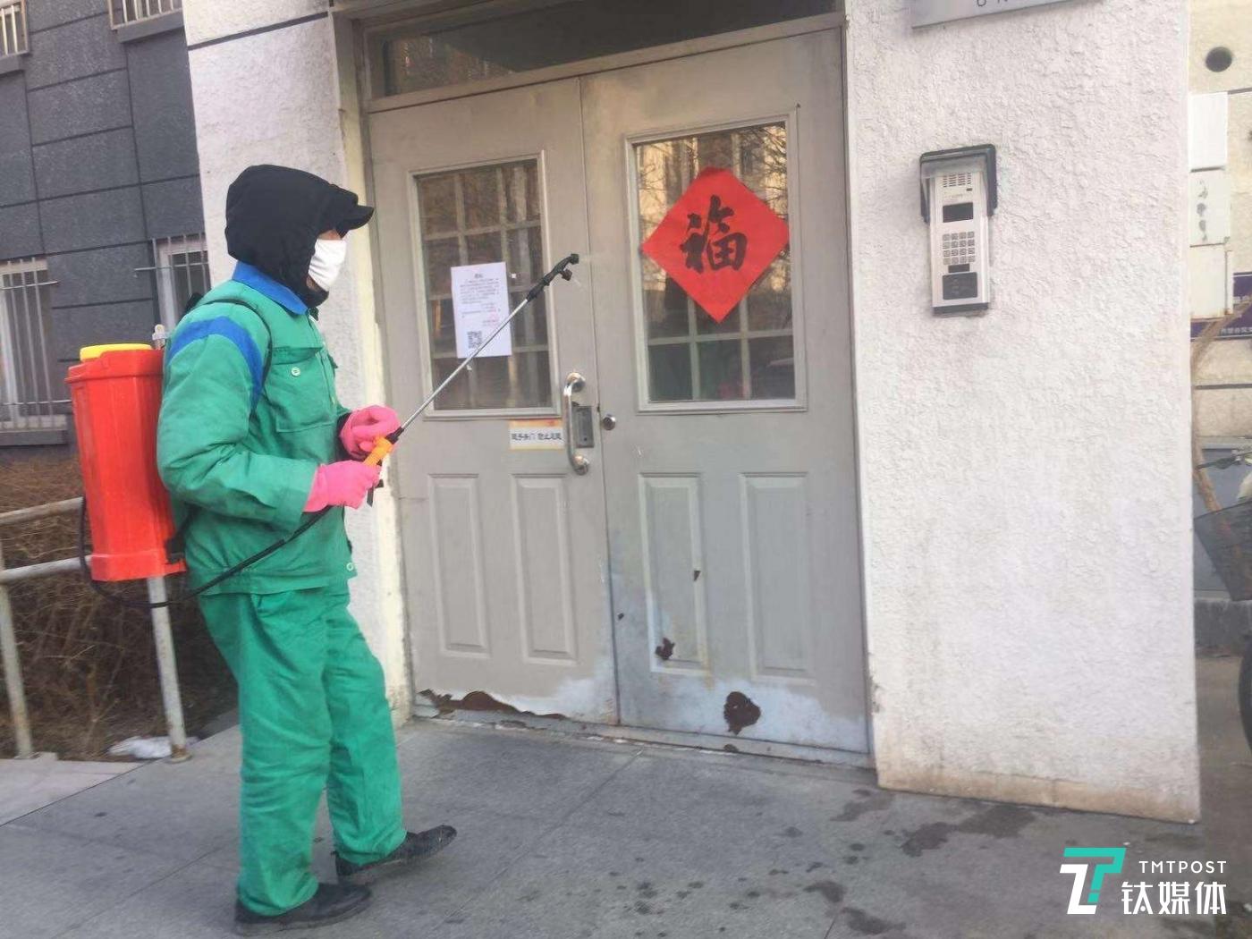 金地物业工作人员正在北京回龙观某小区进行消毒作业
